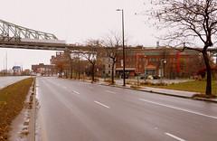Montréal, 05 nov. 2018. Rue Notre-Dame (actuelle autoroute Ville-Marie) >Ouest, près de rue Parthenais. (DubyDub2009) Tags: architecture pont prison molson ruenotredame rueparthenais portdemontréal avantaprès thenandnow montréal québec