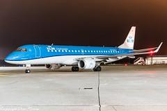 KLM Cityhopper PH-EZB HAJ at Night (U. Heinze) Tags: aircraft airlines airways airplane planespotting plane flugzeug haj hannoverlangenhagenairporthaj eddv nikon night nightshot