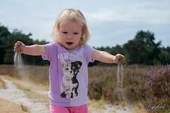 Spelen met zand. (Digifred.nl) Tags: digifred 2018 zand strooien portret portrait nikond500 nederland netherlands