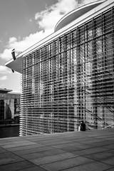 Verschnaufpause am Marie-Elisabeth-Lüders-Haus (DOKTOR WAUMIAU) Tags: ishootraw fuji fujifilm fujigear fujilove fujix fujixt20 lightroom xf1855 xt20 blackandwhite blackandwhitephotography blackwhite bw
