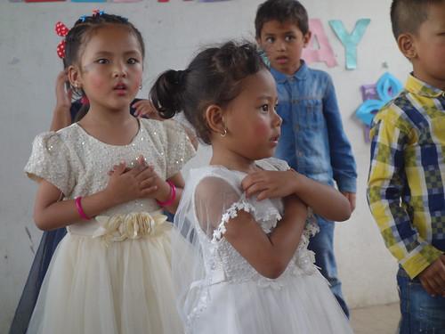 Les enfants sont concentrés lors des danses