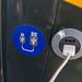 Ein USB-Ladestecker in einem Bussitz integriert