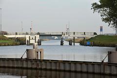 Het Van Starkenborghkanaal en na de Platvoetbrug het Reitdiep. (Snoek2009) Tags: vanstadnaartwad vanstarkenborghkanaal reitdiep platvoetbrug water canal bridge tree green groningen dorkwerdersluis