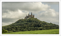 La Belle au bois dormant est-elle ici? (Sleeping Beauty is here?) (Francis =Photography=) Tags: europe europa allemagne germany deutschland blackforest schwarzwald hohenzollern burghohenzollern chã¢teau castel fortress schloss festung gotischeneo gothicneo forest wald ciel sky himmel meadows wiesen tour donjon mur turm kerker wand tower dungeon wall walls forêtnoire château châteaufort néogothique forêt prés wände