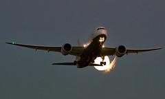 V8-DLD - Boeing 787-8 Dreamliner - LHR (Seán Noel O'Connell) Tags: royalbruneiairlines v8dld boeing 7878 dreamliner b787 b788 787 heathrowairport heathrow lhr egll 27l dxb omdb bwn wbsb bi98 rba98 aviation avgeek aviationphotography planespotting moon