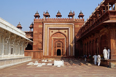 2018-10-26 0610 Indien, Fatehpur Sikri, Jama Masjid-Moschee, Innenhof (Joachim_Hofmann) Tags: indien uttarpradesh fatehpursikri moschee jamamasjid nawabislamkhanchishti islamkhanmausoleum salimchishtimausoleum gräber