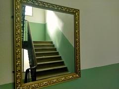 Luz de la ventana (Alimedio) Tags: escaleramadera espejo