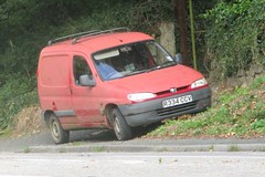 1997 Peugeot Partner (occama) Tags: r334ccv 1997 peugeot partner old french van faded red cornwall uk bangernomics