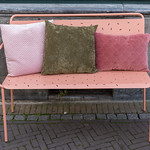 Eine rosafarbene Bank aus Metall mit Velourkissen in Venlo thumbnail