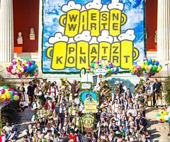 2018 Oktoberfest (werner boehm *) Tags: wernerboehm oktoberfest platzkonzert brauereigespann spatenbräu rossknecht tuba reflection bavaria crowd pferde bierfässer
