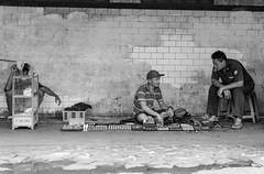 Street sale (Jakarta) (frank.gronau) Tags: people leute jakarta white black weis schwarz verkauf strasen sale street alpha sony gronau frank