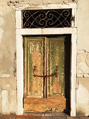 Non aprite quella porta... (Carlo Pagan_Photo) Tags: italia italy veneto chioggia porta door paura fear vecchia old allaperto outdoors edificio building muro wall