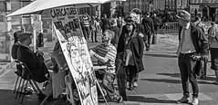 Los que posan, el que dibuja y los que miran (Ignacio M. Jiménez) Tags: calle street fotografiacallejera streetphotography ignaciomjiménez gente people caricaturista cartoonist blancoynegro blackandwhite byn bw royalmile edimburgo edinburgh escocia scotland