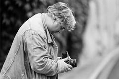 Ah oui tiens c'est moi (laurent.dufour.paris) Tags: 2018 24x36 3x2 analogphotography analogique argentique autoportrait blackandwhitefilm bw candid canoneos1v darkisbetter europe everybodystreet filmforever filmisnotdead filmnoiretblanc filmspirit filmisastateofmind france hiver ishootfilm kodaktrix landscape lovesnoir monochrome noiretblanc noirshots noritsukoki paysage qss3233 regardsparisiens streetphotography