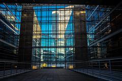 cage en verre Paris la défense (laurent.triboulois) Tags: paris la défense immeuble building ciel bleu metal