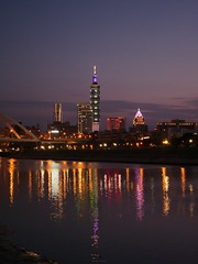P1055568_LR (enno7898) Tags: panasonic lumix lumixg9 dcg9 1240mm f28 nightview riverbank river reflection cityscape sky twilight dusk sunset landscape