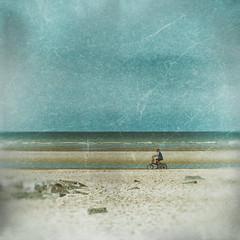 A vélo.... Le retour !!! (Des.Nam) Tags: vélo plage mer merdunord bicyclette personnes people ciel cielnuageux texture fuji fujinon fujixpro2 flandres nordpasdecalais nord desnam street streetphotographie square analogefex bleu blue xpro2 xpro2square xprostreet sable sand