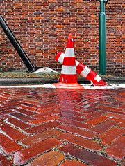 a shoulder to cry on (Mattijsje) Tags: pylon paaltje vechtbrug breukelen street wall bricks ashouldertocryon red stenen bakstenen straatstenen diagonalen lines lijnen