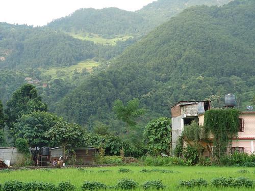 Une habitation à la sortie de la ville