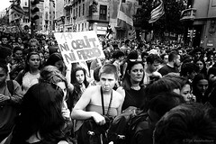 Ni Oblit ni Perdó (TransientEye) Tags: leicam7 28mmf2summicronf2asphii ilforddelta400 ilfordddx14 independence barcelona spain protest student leica catalunya street