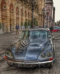 El mítico Citroën DS. HDR (Santos M. R.) Tags: citroën ds tiburón parís francia coche voiture asfalto plazadelaconcorde rueda cristal reflejo parabrisas faros adoquines arcos farola