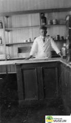 tm_5530 - 1927 (Tidaholms Museum) Tags: svartvit positiv 1927 butik interiör handelsbod porträtt människa