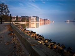 Autumn morning (Maria Eklind) Tags: bluesky building malmö cityview spegling sky water reflection himmel autumnmorning sweden skånelän sverige se rock bay bridge sea