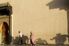 17 - Fès (baptiste.lasnier) Tags: maroc découverte couleurs fès vie passants lumières soleil ombre porte architecture bâtiment rue