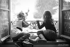Curiosités enfantines (DavidLabasque) Tags: enfant enfants child childs kids children fille girl petite litle lil female male garçon boy petit jeune noiretblanc blackandwhite noir blanc black white monochrome canon eos 6d 50mm france french couple duo