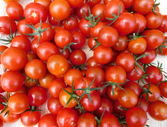 Cherry tomatoes 🍒🍅🍅🍅 (EvelienNL) Tags: tomato tomatoes tomaat tomaten tomaatjes cherrytomato cherrytomatoes kerstomaat kerstomaten kerstomaatjes cherrytomaat cherrytomaten cherrytomaatjes bunch pile harvest harvested oogst red rood rode texture textuur