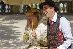 Rigolade (Xtian du Gard) Tags: xtiandugard rire joie gaité rigolate bonnehumeur smile personnes portraits nîmes gard provence france ombrelle costumes traditions