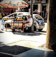 esperando os clientes (lucia yunes) Tags: comércioderua rua camelôs comercioambulante cenaderua fotoderua fotografiaderua comercioderua streetphoto streetshot streetmarket streetphotographie street streetscene mobilephotographie motozplay luciayunes
