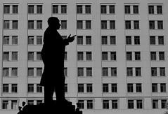 Estatua en La Moneda, Santiago de Chile (Mario Rivera Cayupi) Tags: estatua silueta blancoynegro santiagodechile lamoneda poder presidencia historia statue silhouette blackandwhite power presidency history bw canon80d planart1450 zeisslens 50mm14
