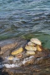 Cairns bretons (TarValanion) Tags: bretagne finistère pierre roche cairn cailloux guilvinec