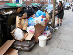 Riding House Street. 20181005T16-10-06Z (fitzrovialitter) Tags: england gbr geo:lat=5151870000 geo:lon=014016000 geotagged oxfordcircus unitedkingdom westendward peterfoster fitzrovialitter city camden westminster streets urban street environment london fitzrovia streetphotography documentary authenticstreet reportage photojournalism editorial captureone olympusem1markii mzuiko 1240mmpro microfourthirds mft m43 μ43 μft ultragpslogger geosetter exiftool rubbish litter dumping flytipping trash garbage
