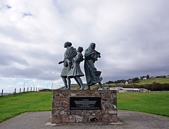 Emigrants Monument - Helmsdale (FranArtPhotography) Tags: scotland scozia photo photography monument emigrants monumento emigranti statue statua foto fotografia sony alpha 6000 ilce nopeople nohuman highlands