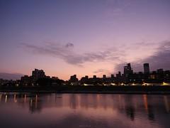 P1055552_LR (enno7898) Tags: panasonic lumix lumixg9 dcg9 1240mm f28 nightview riverbank river reflection cityscape sky twilight dusk sunset landscape
