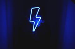 El pibe que siempre dibuja rayitos (☾arimelo) Tags: nikond7000 homesweethome nightphotography blue bluelight azul noche locura escaleras rayo neón
