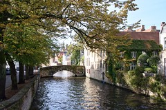 Wasserwege, Brücken, Flair / Waterways, Bridges, Flair (reipa59) Tags: kanäle brücke bäume wasserwege strase architektur sonne herbstfärbung bruges city old cityscene baum flus waterpassages historisch waterchannels sun kanal riverside licht water wasser gebäude brügge überwuchert frühmorgens bridge kirchturm roadtrip reflektionen herbststimmung river belgien viewpoint light strasenlaterne herbst garten flusufer building herbstbeginn idyllisch riverbank reflections morgensonne ufer village cityscape grün belgium street shadow schatten stadtlandschaft earlymorning shade morning stadt