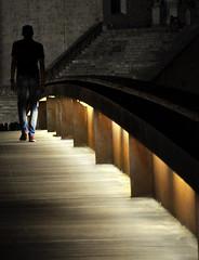 Aprofitem la poca llum del cami (Joan Ruiz) Tags: nocturna girona