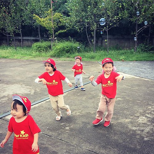 Chasing bubbles #kindergarten #preschool #daycare #tokyo #park #cutekids #幼稚園 #保育園 #公園 #東京