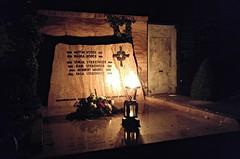 Nachts auf dem Friedhof (Maquarius) Tags: friedhof hauptfriedhof würzburg allerheiligen mainfranken unterfranken franken feuer flamme fackel grab stein