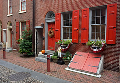 Elfreth's Alley, Philadelphia (SomePhotosTakenByMe) Tags: flickr film fotobuch elfrethsalley gebäude building architektur arrchitecture outdoor urlaub vacation holiday pennsylvania philadelphia stadt city downtown innenstadt centercity oldcitydistrict oldtown altstadt