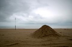 Talus (Atreides59) Tags: belgique belgium sable sand beach plage mer sea water eau ciel sky nuages clouds pentax k30 k 30 pentaxart atreides atreides59 cedriclafrance jaune