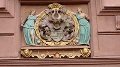 Einladend - Über dem Tor zum Schlosshof (fotoculus) Tags: deutschlandalemaniagermanyduitslandalemanhagermaniaallemagnetyskland hessen odenwald erbach schloss schlossgarten