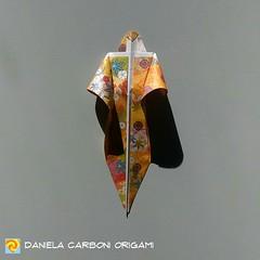 """Origami Challenge 159/365 """"La donna-spada"""" Modello creato nel 2018. I modelli mancanti alla challenge 365 saranno recuperati nel prossimo fine settimana. -------------------------------------------- """"The sword-woman"""" Model created in 2018. The missing mod (Nocciola_) Tags: paperart cartapiegata sword createdandfolded papiroflexia spada paperfolding woman originaldesign danielacarboniorigami paper donna origami"""