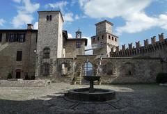 Vigoleno (PC) Dentro le mura (gio.pas_sm) Tags: vigoleno piacentino castello piazzetta medievale borgo emilia