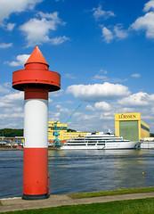 2010-08-13 Neue Yacht 'Katara' vor der Luerssen-Werft (03) (mike.bulter) Tags: beacon boat deu deutschland dockyard fluss jacht katara lemwerder leuchtturm lighthouse luerssen lürssenwerft niedersachsen ritzenbüttel schiff ship shipyard werft weser yacht