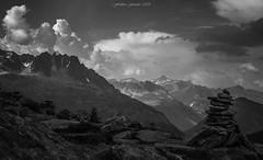 Un Moment de Sérénité (N/B) (Frédéric Fossard) Tags: landscape sky mountain stone cairn rocher rock vallée valley alpes hautesavoie nuages clouds noiretblanc blackandwhite calme cimes crêtes arêtes masiifdumontblanc massifdesaiguillesrouges valais suisse altitude horizon serenity