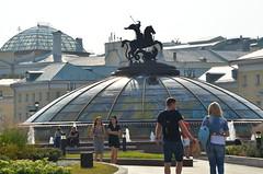 Saint-Georges frappant le dragon de sa lance (RarOiseau) Tags: place fontaine sculpture parc moscou russie contrejour